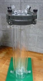 UV reactor bestaande uit twee gethermostatiseerde delen. Binnenstuk zowel in borosilicaatglas als kwartsglas om testen met verschillende lichtdoorlaatbaarheid mogelijk te maken.