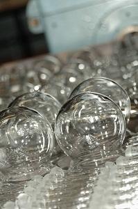 Afgewerkte producten in de glasblazerij klaar voor het verpakken.