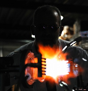 De glasblazers aan het werk aan de glasdraaibank. Productie van een 10 liter kolf met DN100 laboflens en GL45 zijhalzen.