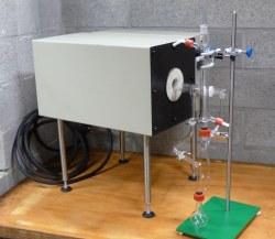 Hydropyrolyse opstelling compleet met hoge temperatuur oven, kwarts ovenbuis en stoomgenerator in borosilicaatglas.