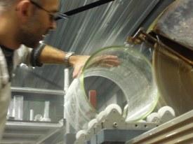 Slijpen van een kijkglas diameter 300 op de diamantzaagmachine.