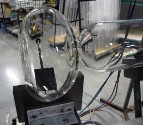 Ook minder voor de hand liggende vormen kunnen op maat gemaakt worden. Ovale bol in borosilicaatglas voor reactor.