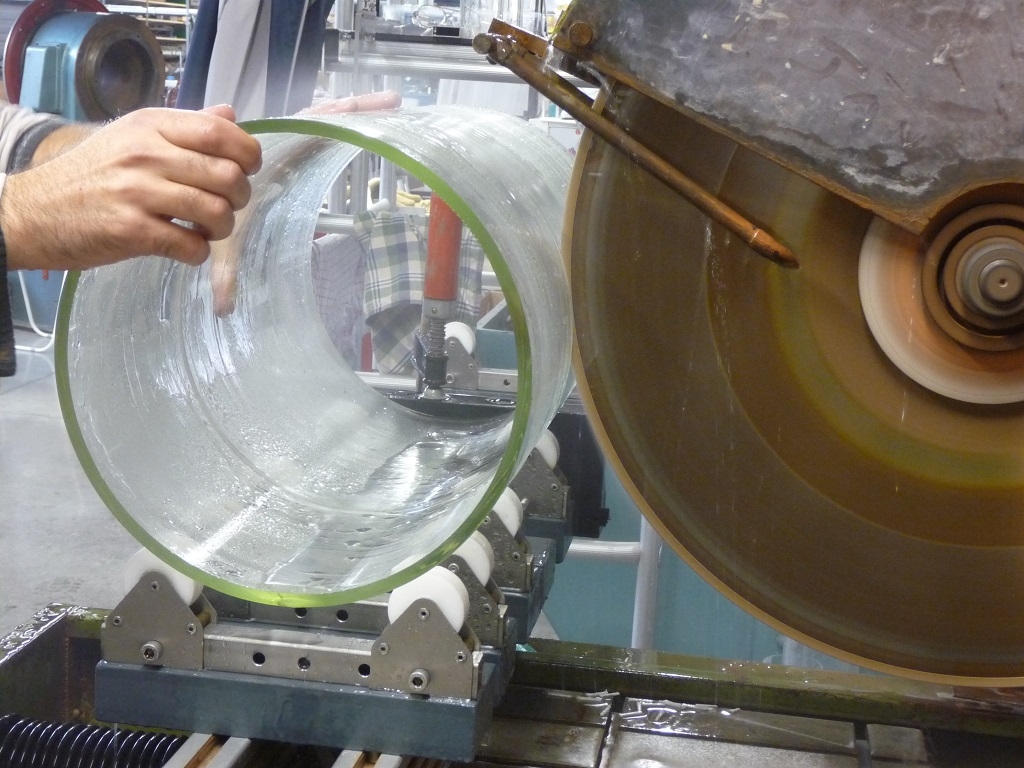 Peilglas op maat snijden op de diamantzaagmachine